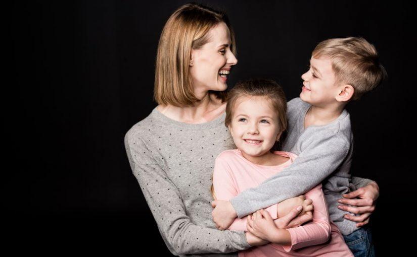 Glad mor med sine børn
