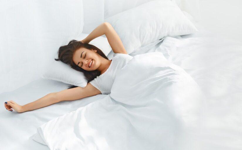 Ung kvinde i sin seng